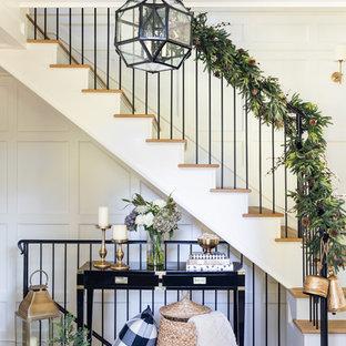 Modelo de escalera en L, tradicional renovada, con escalones de madera, contrahuellas de madera y barandilla de metal