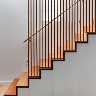 Modelo de escalera recta, contemporánea, pequeña, con escalones de madera y contrahuellas de madera