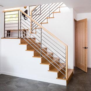 Imagen de escalera en U, vintage, con escalones de madera, contrahuellas de madera y barandilla de metal