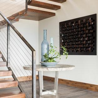 Modelo de escalera suspendida, rústica, sin contrahuella, con escalones de madera y barandilla de cable
