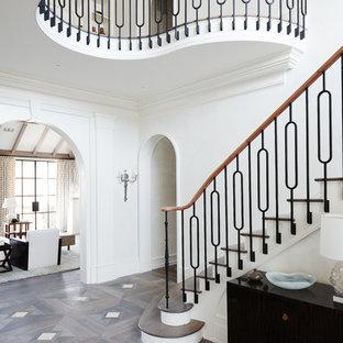 Modelo de escalera curva, tradicional renovada, extra grande, con escalones de madera y contrahuellas de metal