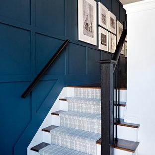 Foto de escalera panelado, clásica renovada, con escalones enmoquetados, contrahuellas enmoquetadas, barandilla de metal y panelado