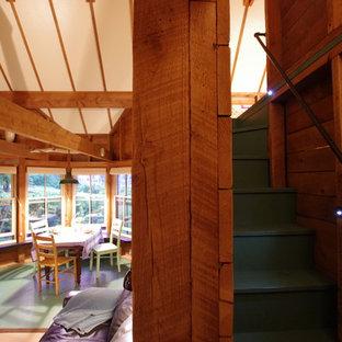 Modelo de escalera curva, rural, pequeña, con escalones de madera pintada, contrahuellas de madera pintada y barandilla de metal