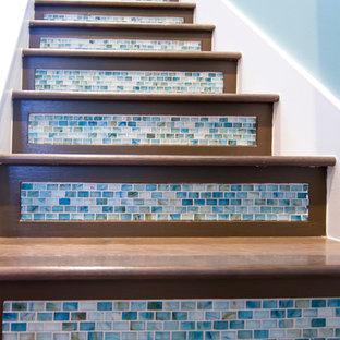Modelo de escalera en U, tropical, grande, con escalones de madera y contrahuellas con baldosas y/o azulejos
