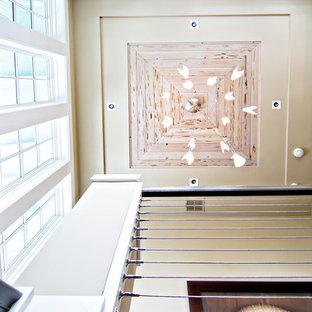Ejemplo de escalera en U, tropical, grande, con escalones de madera y contrahuellas de madera