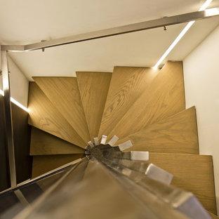 Imagen de escalera de caracol, minimalista, grande, con escalones de madera y barandilla de metal