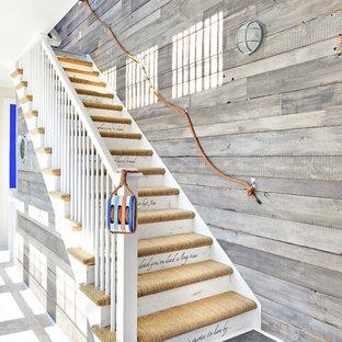 Пример оригинального дизайна интерьера: лестница в морском стиле с ступенями с ковровым покрытием и крашенными деревянными подступенками