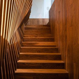 Foto de escalera minimalista con escalones de madera y contrahuellas de madera