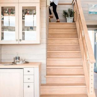 ポートランド(メイン)の中サイズの木のビーチスタイルのおしゃれな階段 (木の蹴込み板、ワイヤーの手すり) の写真