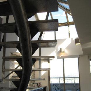 Imagen de escalera curva, actual, grande, sin contrahuella, con escalones de metal