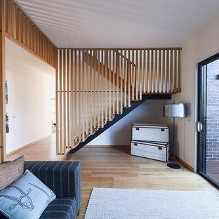 Idéer för att renovera en funkis u-trappa i trä, med öppna sättsteg
