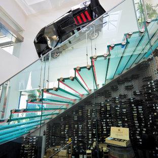 オレンジカウンティの中サイズのガラスのモダンスタイルのおしゃれな階段 (ガラスの蹴込み板、金属の手すり) の写真