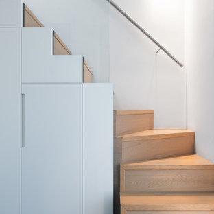 Inspiration pour un petit escalier design en L avec des marches en bois et des contremarches en bois.
