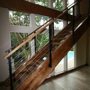 Diseño de escalera suspendida, moderna, grande, sin contrahuella, con escalones de madera