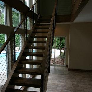 Diseño de escalera suspendida, actual, grande, sin contrahuella, con escalones de madera