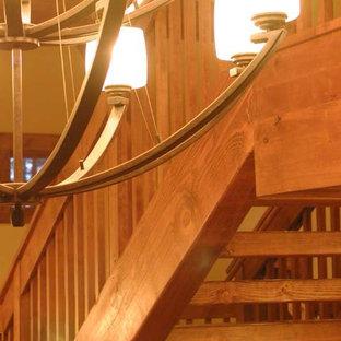 Imagen de escalera en U, tradicional, de tamaño medio, sin contrahuella, con escalones de madera y barandilla de madera