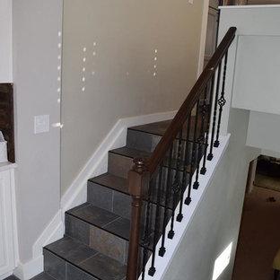 デンバーの小さいタイルのトラディショナルスタイルのおしゃれなかね折れ階段 (タイルの蹴込み板、木材の手すり) の写真