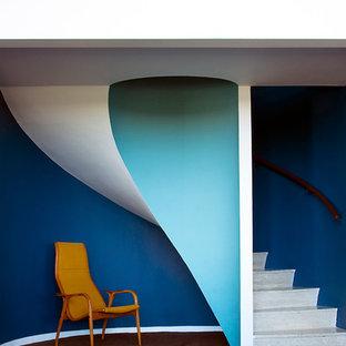 Неиссякаемый источник вдохновения для домашнего уюта: винтовая лестница среднего размера в стиле модернизм