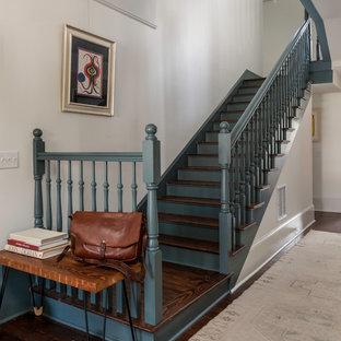 """Ispirazione per una scala a """"L"""" vittoriana di medie dimensioni con pedata in legno, alzata in legno e parapetto in legno"""