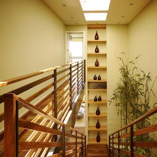Ispirazione per una scala a rampa dritta design con pedata in legno