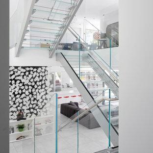 """Foto di una scala a """"U"""" contemporanea con pedata in vetro, nessuna alzata e parapetto in vetro"""