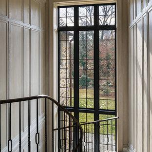 Ejemplo de escalera curva, tradicional renovada, grande, con escalones de madera y contrahuellas de madera pintada