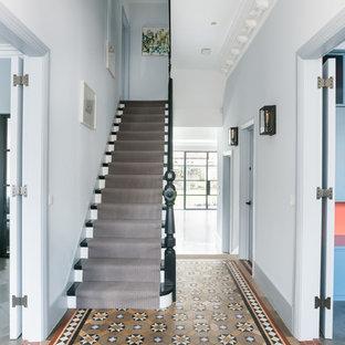 ロンドンの木のヴィクトリアン調のおしゃれな直階段 (木の蹴込み板、木材の手すり) の写真