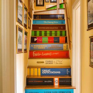 Imagen de escalera bohemia con escalones de madera y barandilla de madera