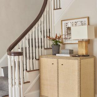 Imagen de escalera en L, tradicional, con escalones enmoquetados, contrahuellas enmoquetadas y barandilla de madera