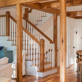 Exempel på en lantlig trappa i trä, med sättsteg i målat trä