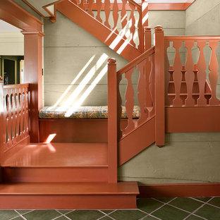 Modelo de escalera en U, rural, con escalones de madera pintada, contrahuellas de madera pintada y barandilla de madera