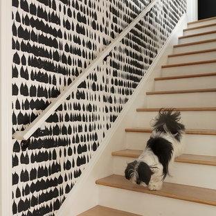 Ejemplo de escalera recta, contemporánea, con escalones de madera y contrahuellas de madera pintada