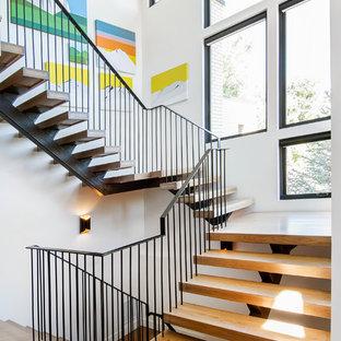 デンバーの木のミッドセンチュリースタイルのおしゃれな階段 (金属の手すり) の写真