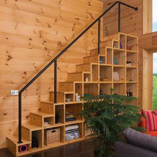 На фото: маленькие прямые лестницы в стиле рустика с деревянными ступенями, деревянными подступенками и металлическими перилами