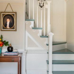 Ejemplo de escalera en L, tradicional, con escalones de madera pintada y contrahuellas de madera pintada