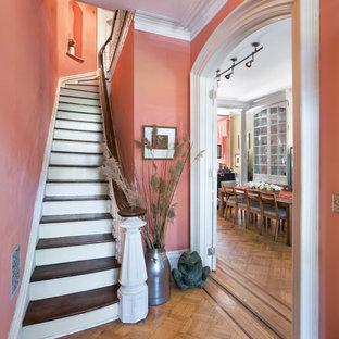 Ejemplo de escalera curva, clásica, pequeña, con escalones de madera