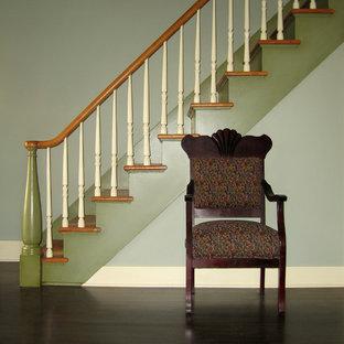 Пример оригинального дизайна: лестница в классическом стиле с деревянными ступенями
