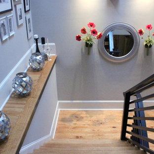 アトランタの小さい木のコンテンポラリースタイルのおしゃれな折り返し階段 (木の蹴込み板、木材の手すり) の写真