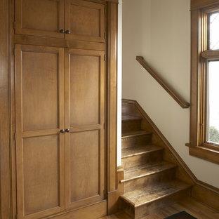 Inredning av en klassisk trappa i trä, med sättsteg i trä