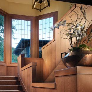 Неиссякаемый источник вдохновения для домашнего уюта: лестница в восточном стиле с деревянными ступенями и деревянными подступенками