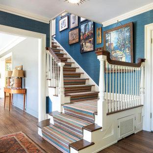 Ejemplo de escalera en L, clásica, con escalones enmoquetados, contrahuellas enmoquetadas y barandilla de madera