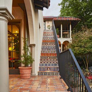 Inspiration för mycket stora medelhavsstil raka trappor i terrakotta, med sättsteg i kakel och räcke i metall