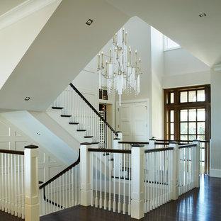 Diseño de escalera recta, tradicional renovada, extra grande, con escalones de madera y contrahuellas de madera