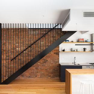 Modelo de escalera recta, industrial, de tamaño medio, sin contrahuella, con escalones de madera y barandilla de metal