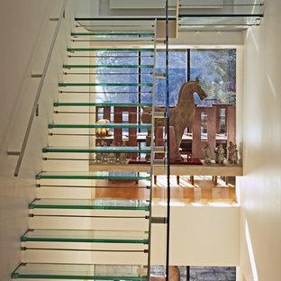 Esempio di una scala design con pedata in vetro e nessuna alzata