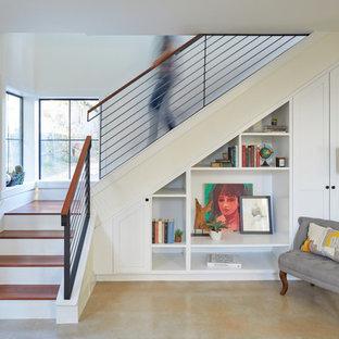 Exempel på en liten modern l-trappa i trä, med sättsteg i målat trä och räcke i metall