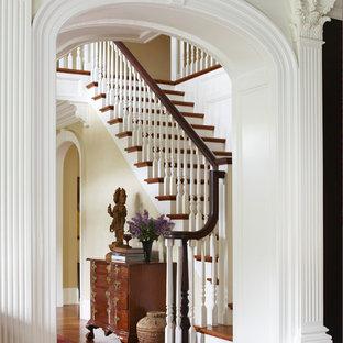 Diseño de escalera en L, clásica, extra grande, con escalones de madera, contrahuellas de madera y barandilla de madera