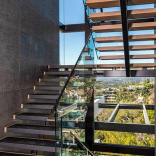 Foto di una scala sospesa contemporanea con nessuna alzata e parapetto in vetro