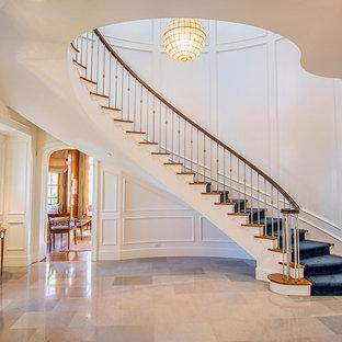 Diseño de escalera curva, clásica, con escalones de madera