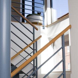 ボストンの大きい木のコンテンポラリースタイルのおしゃれな折り返し階段 (金属の蹴込み板) の写真